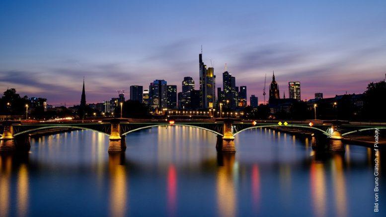 Frankfurt - Skyline der Hochhäuser bei Nacht