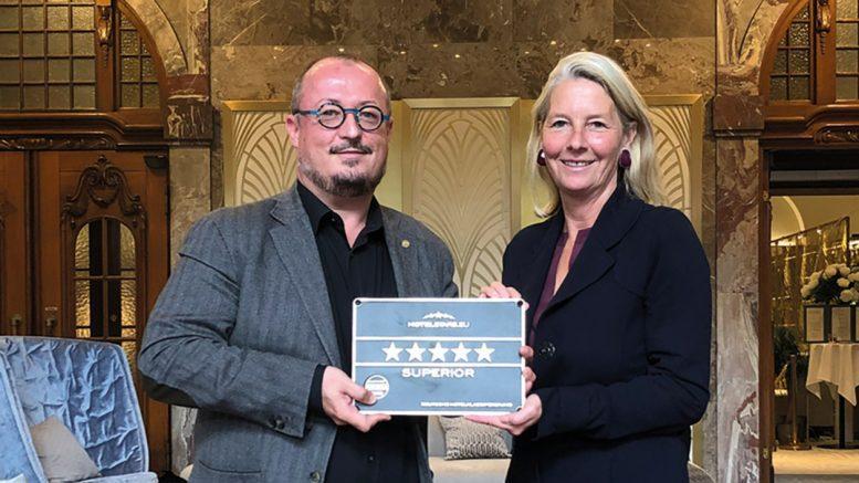 Ulrike von Albedyll überreicht Olivier Briand in den Fraser Suites Hamburg mit DEHOGA Plakette