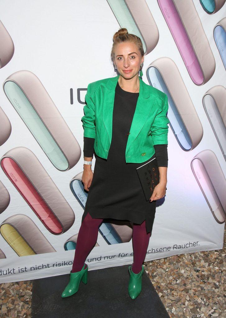 Frau in grüner Jacke mit schwarzen Kleide Gabriela Gottschalk