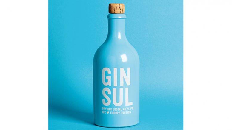 Eine blaue Gin Sul Flasche aus der Europa Edition