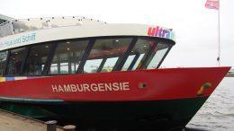Hafenfähre Hamburgensie festgemacht an den Landungsbrücken