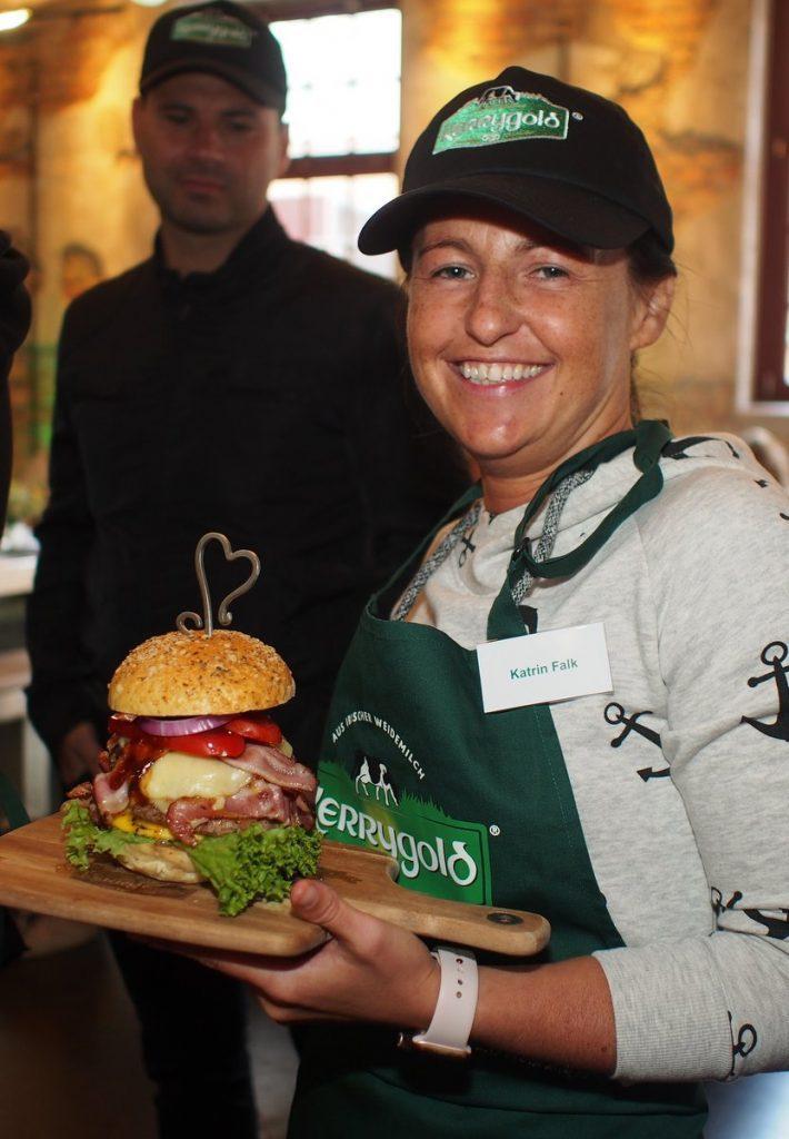 Katrin Falk mit Burger
