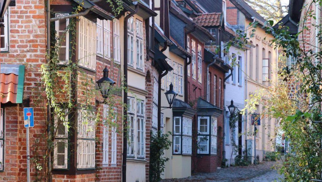 Altstadtstraße in Lüneburg mit historischen Fachwerkhäusern