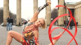 Die Sportlerin Magdalena Brzeska vorm Brandenburger Tor - Pressebild