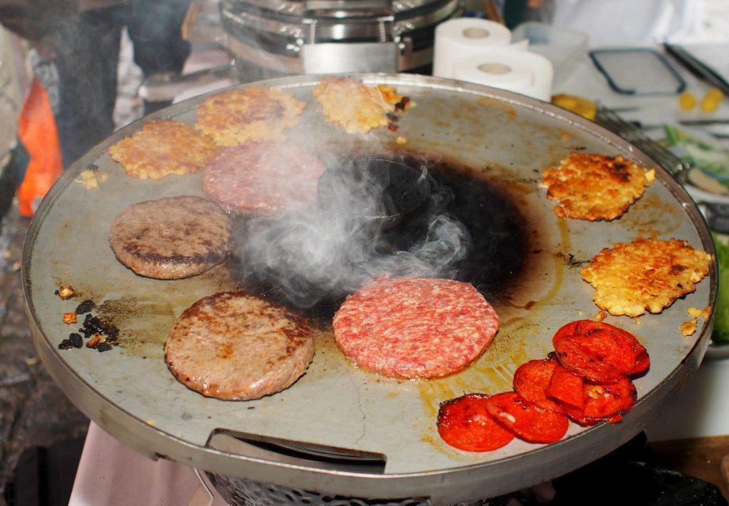 Eine Grillplatte mit Fleisch Patties