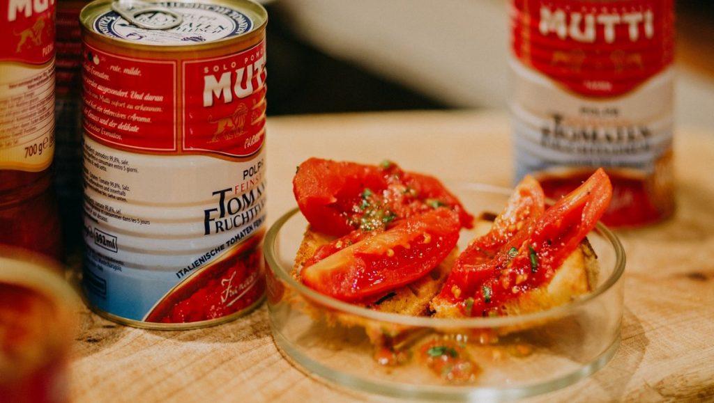 Bruchetta mit Tomate und Mutti Dosen