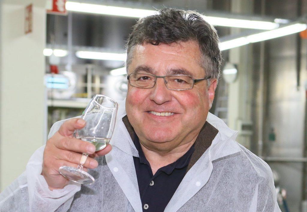 Norbert Schmidt verkostet eine Spirituose in einer Brennerei