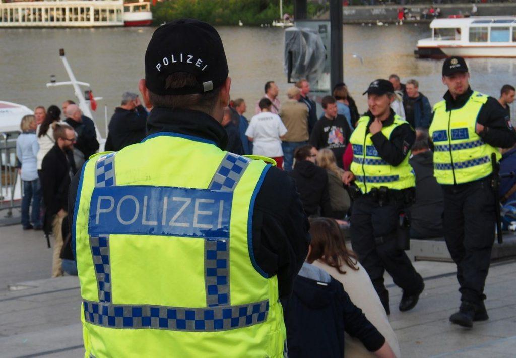 Drei Polizisten in Hamburg auf dem Alsteranleger Jungfernstieg