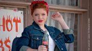 Frau mit kopftuch und Coca Cola Flasche