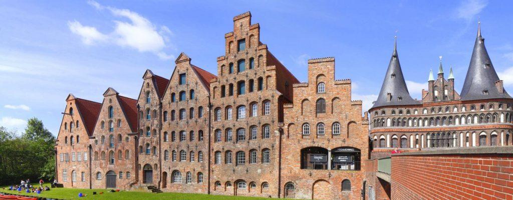 Blick auf das Holstentor und die Salzspeicher in Lübeck