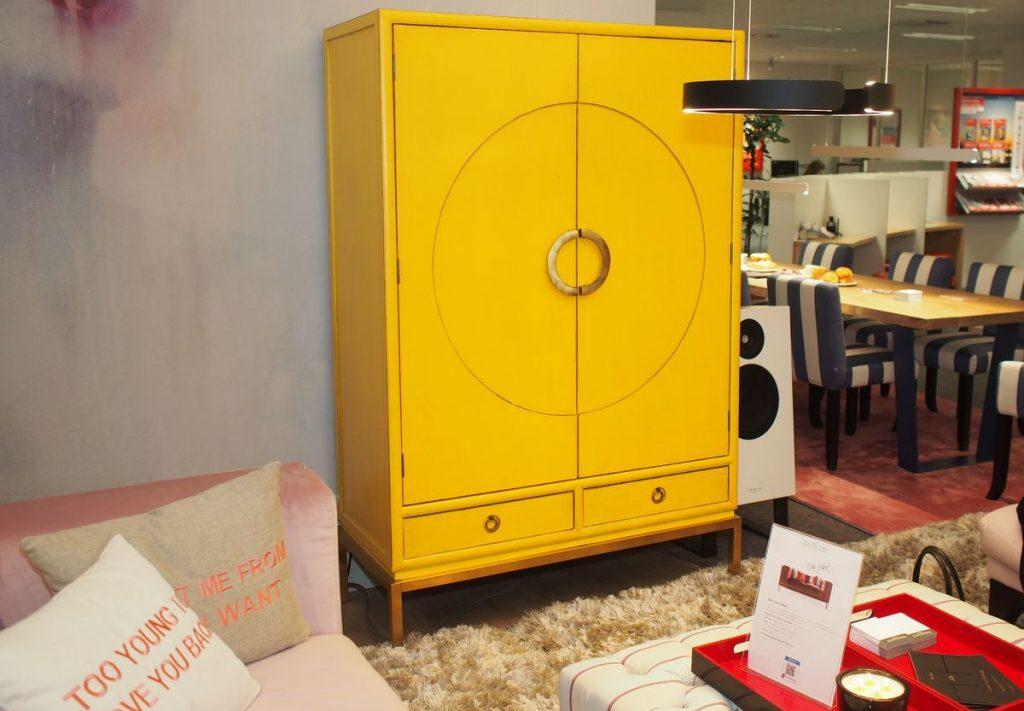 Ein gelber Schrank