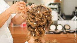 Blonde Frau beim Friseur - Ryf Coiffeur