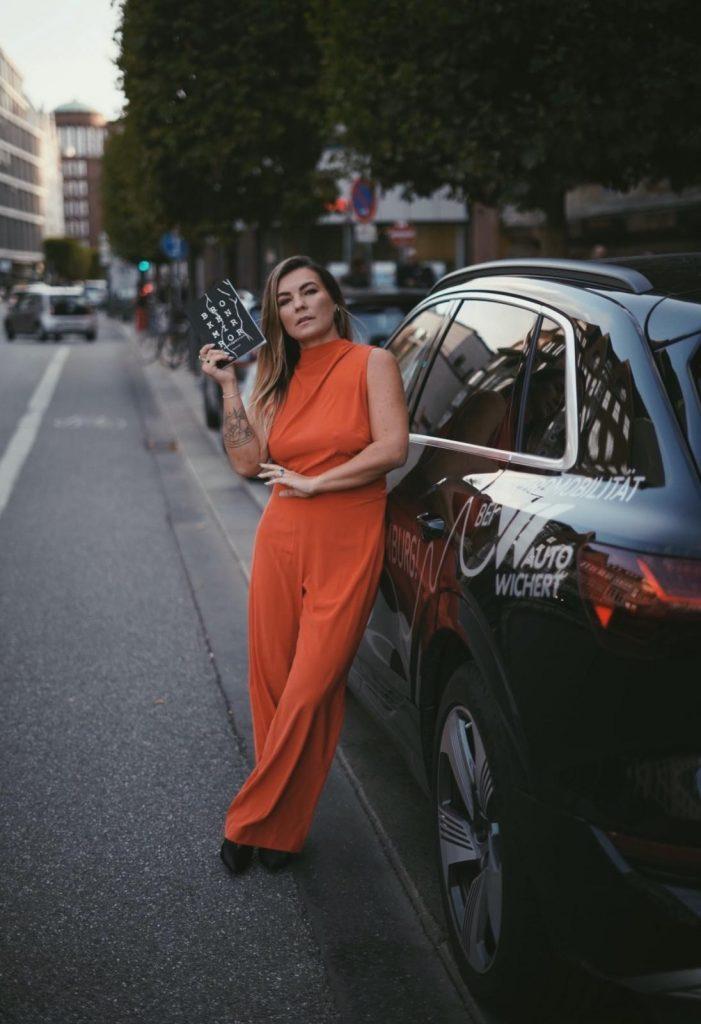 Dajana Eder lehnt an ein Auto
