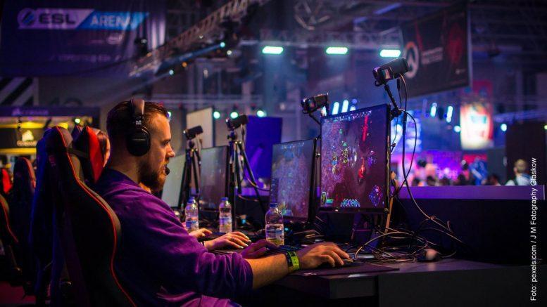 Ein E-Sports Spieler bei einem Turnier