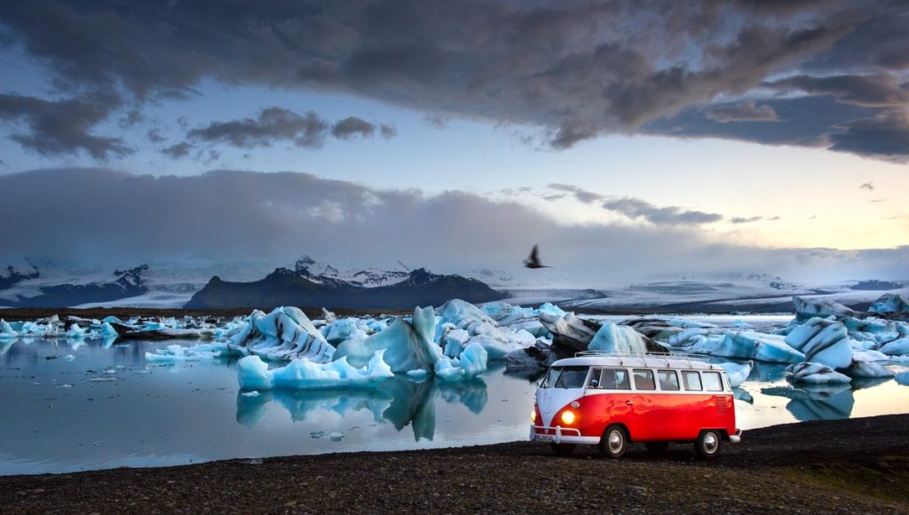 VW Bulli T1 an einer Gletscherlagune