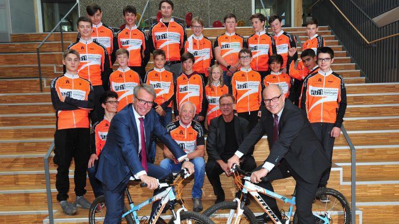 Gruppenfoto Fahrradgruppe Stadtteilschule Stellingen zur Spendenannahme