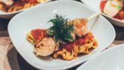 Zum Tag der Tomate: Tomaten-Tagliolini auf weissen Tellern