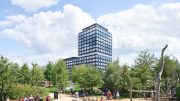 Hochhaus Campus Tower in der Hamburger HafenCity im Vordergrund der Spielplatz Lohsepark