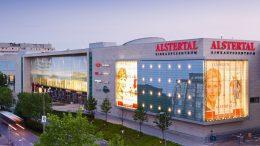 Blick auf das AEZ-Einkaufszentrum in der Dämmerung