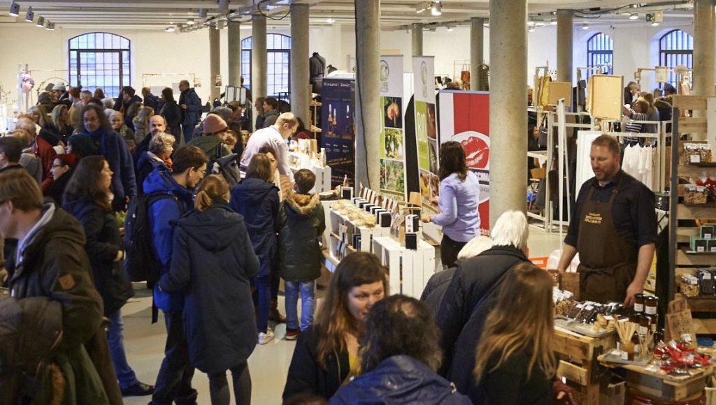 Blick auf den Besondersmarkt in Hamburg Barmbek, Besucher und Aussteller