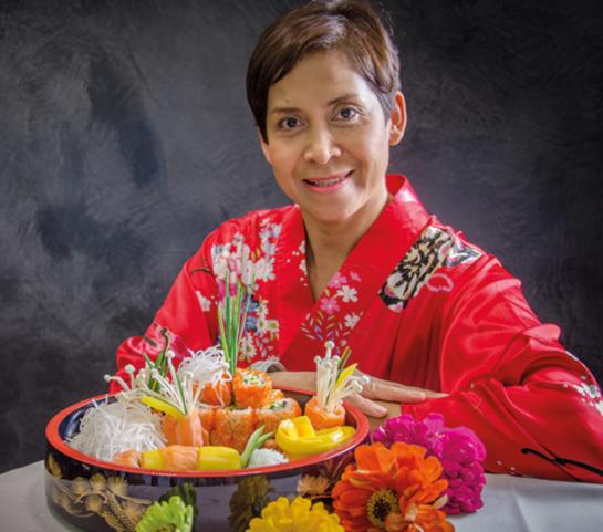 Eine meisterhafte Shushi Köchin im roten Kimono