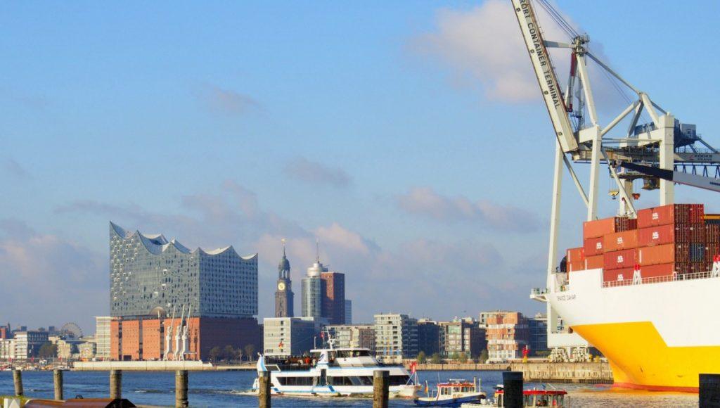 Blick auf den Elbphilharmonie und den Michel über den Hafen hinweg