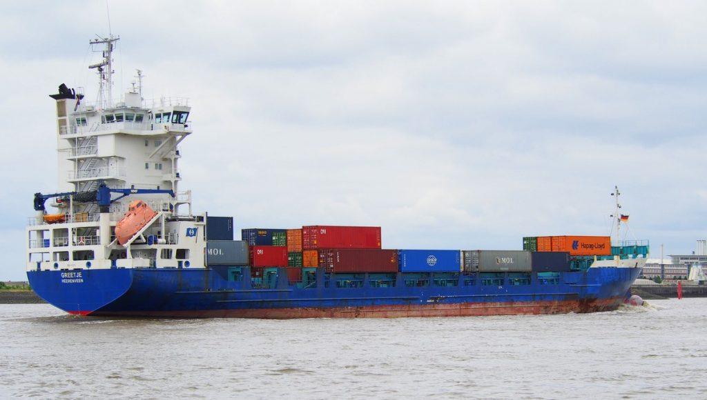 Das holländische Feederschiff Greetje auf der Elbe bei Hamburg