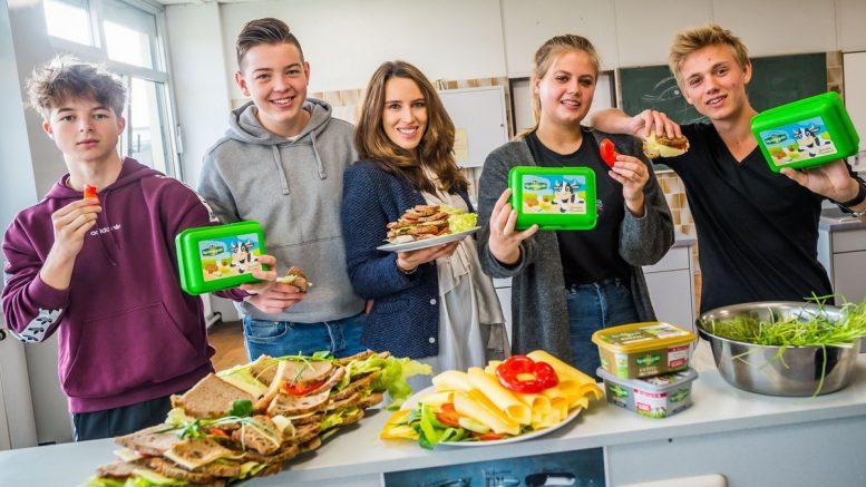 Gruppenfoto Schule Grömitz mit Anna Franck und Schülern