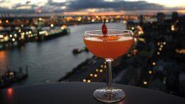 Cocktail vor Hafenkulisse