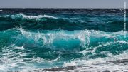Welle bricht sich am Strand
