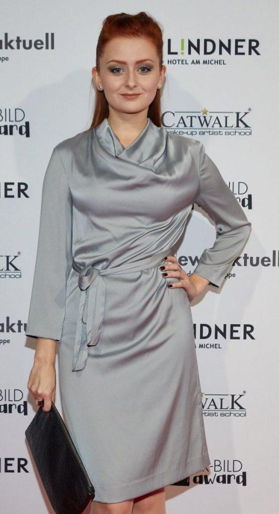 Frau im silbernen Kleid