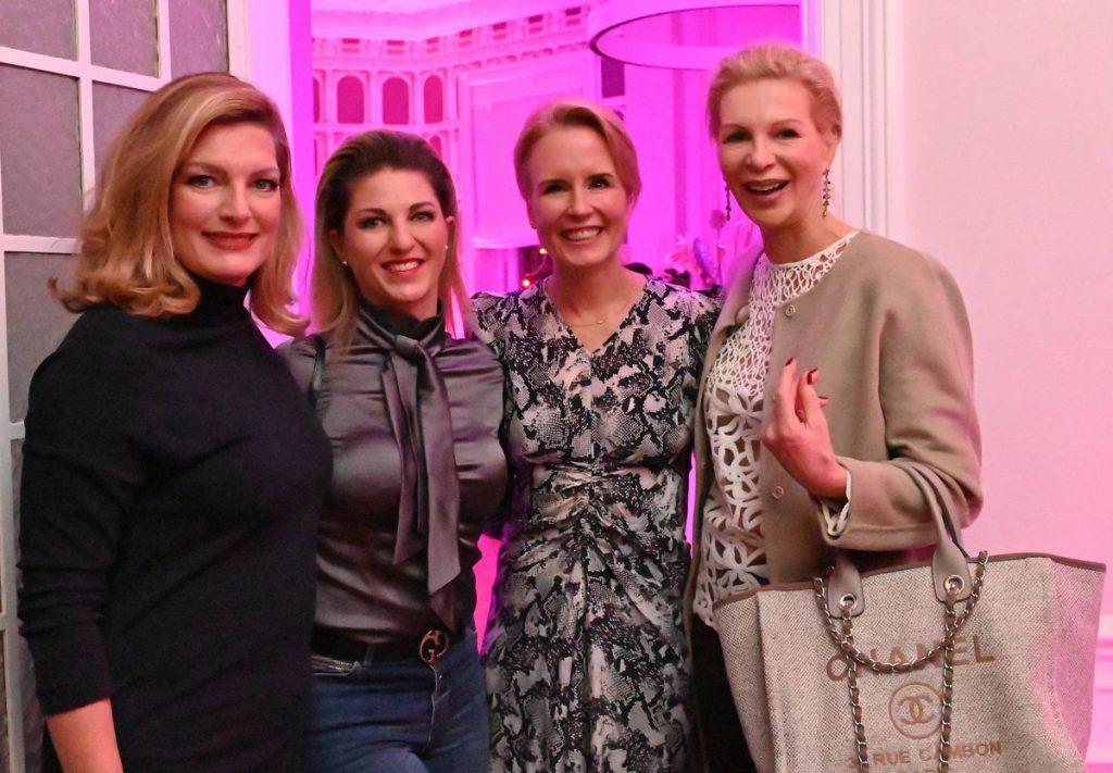 Gruppenfoto vier Frauen auf einer Party