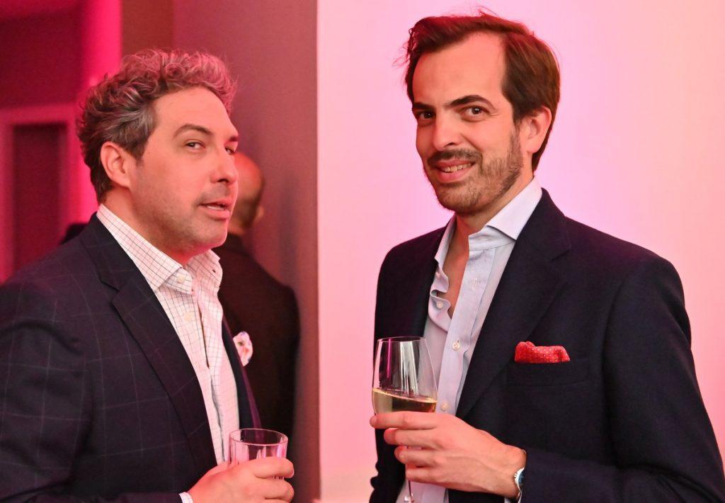 Zwei Männer im Gespräch auf einer Party
