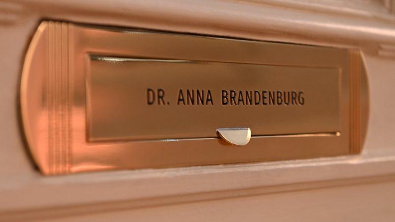 Türschild der Praxis Dr. Anna Brandenburg