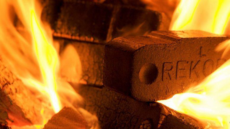 Braunkohlebrikett im Feuer