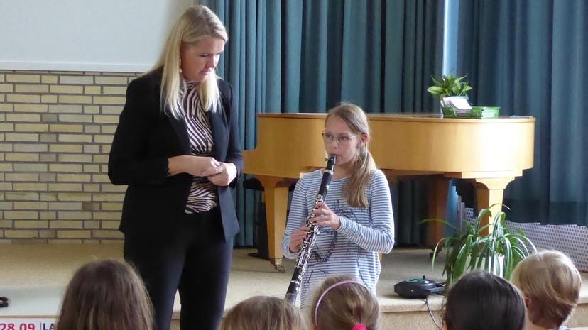 Sabine Grofmeier und ein Kind das Klarinette spielt