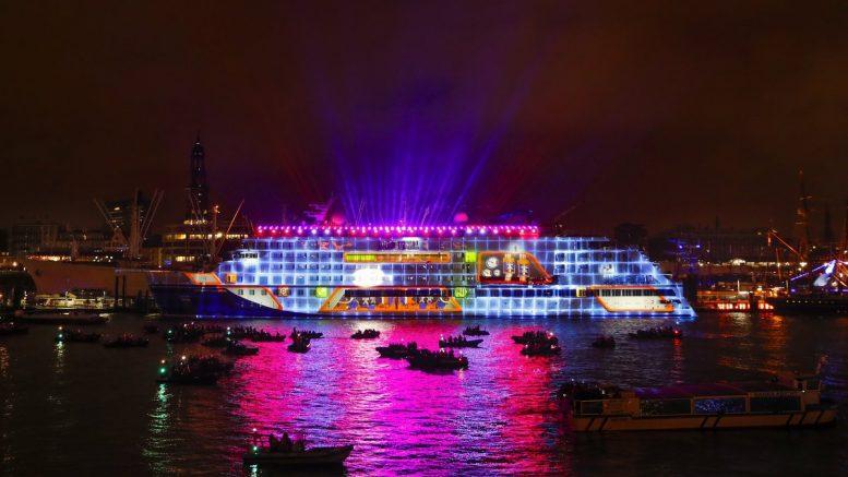 Kreuzfahrtschiff bei der Taufe im Hamburger Hafen mit 3D-Projektion