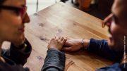 Zwei Erwachsene daten in einem Cafe