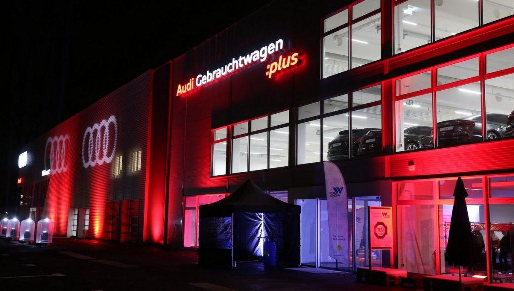 Der rot blau angeleuchtete neue Audi terminal von Auto Wichert