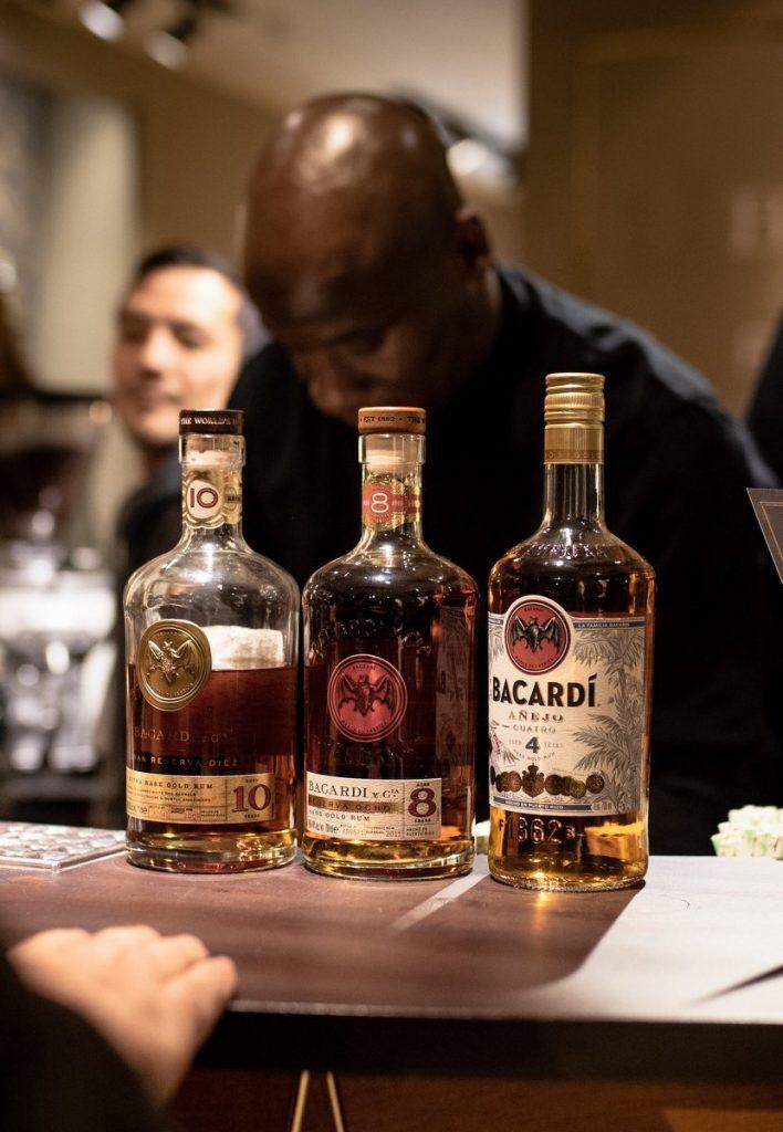 Drei Bacardi Flaschen