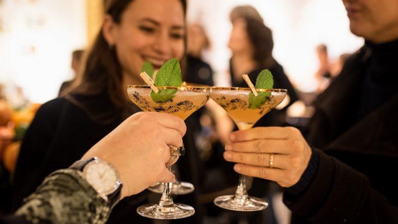 Anstossen mit einem Bacardi Cocktail im Bacardi Rum Room Hamburg