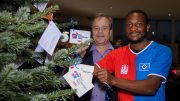 Bernd Glathe und David Kinsombi und dem HSV Wish Tree