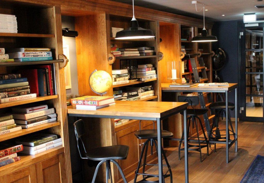 Blick in die Bibliothek im Lighhouse Hotel mit vielen Holzmöbeln