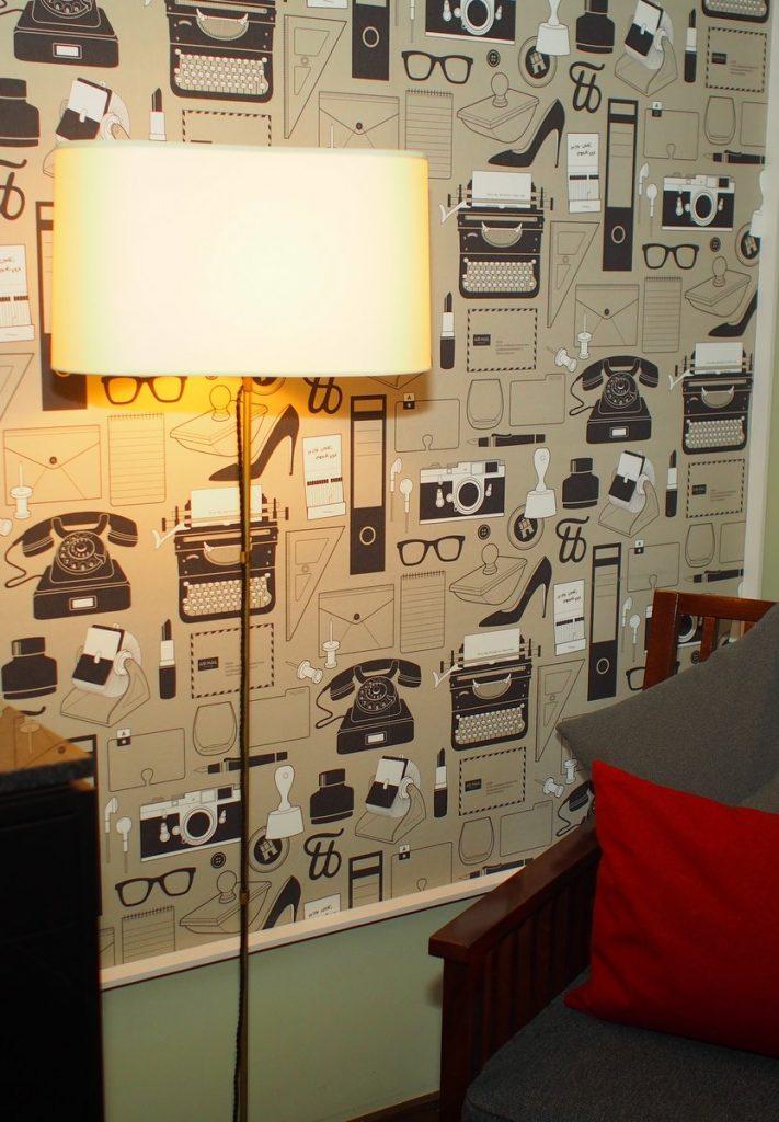 Tapete im HENRI Hotel mit Büromotiven im Stil der 1960er Jahre