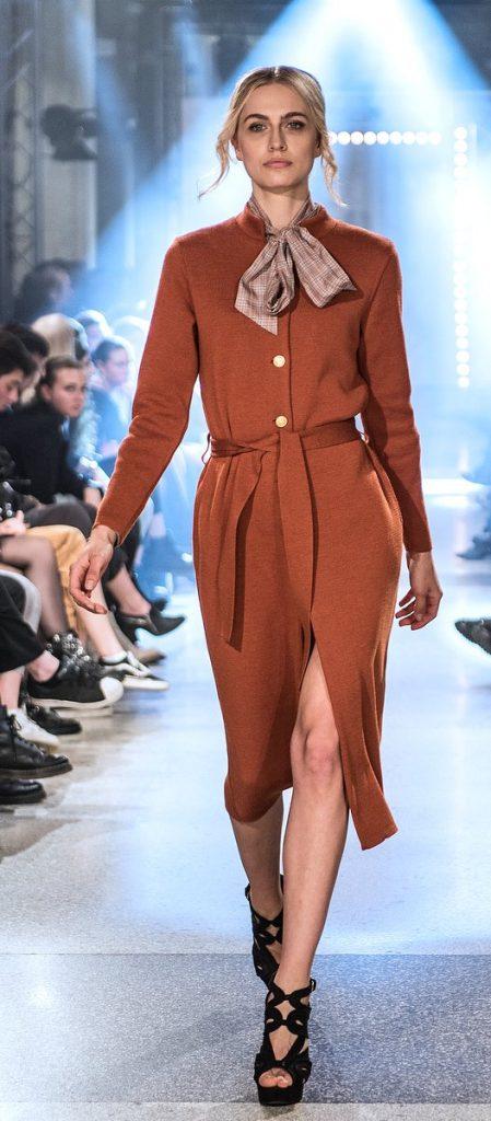 Fashion Show Modell im roten Kleid