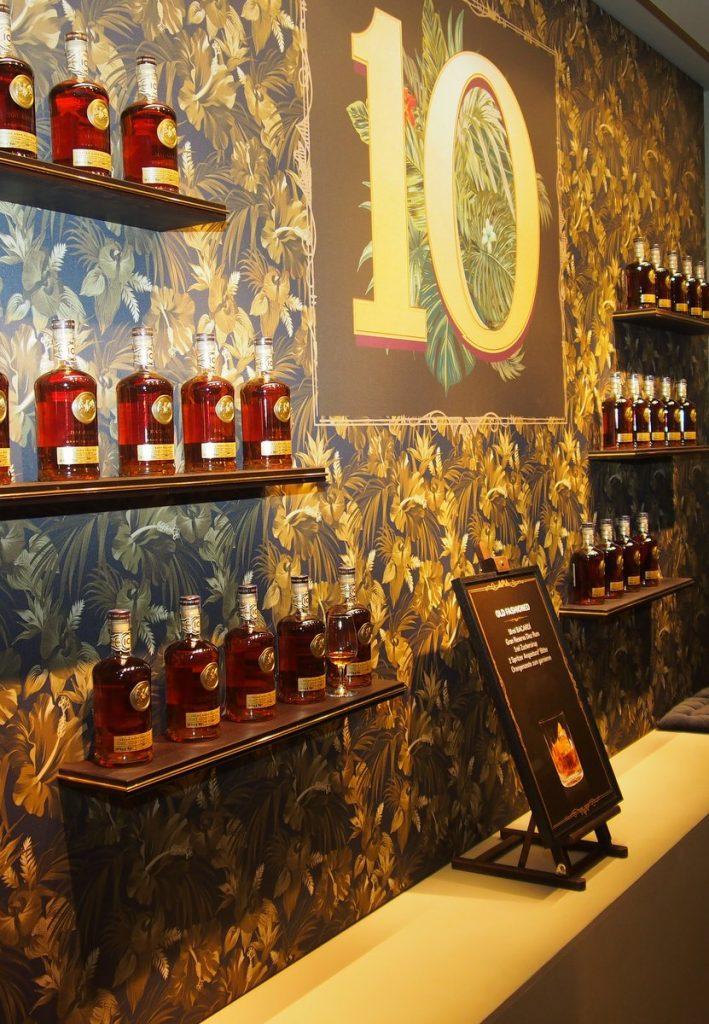 Bacardi Rum Room Impressionen, Flaschen im Regal