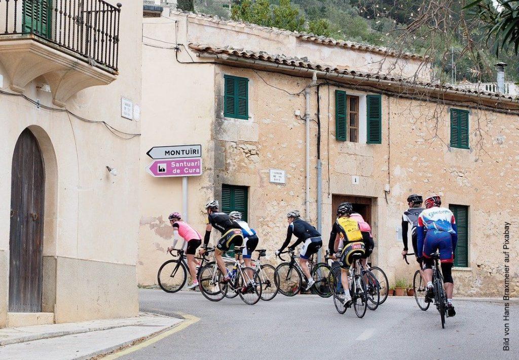 Radrennfahrer in einem Dorf auf Mallorca
