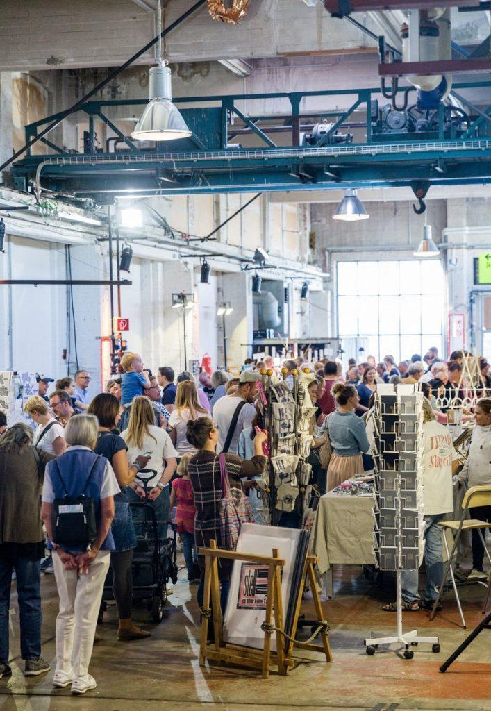 Blick in die Markthalle mit vielen Besuchern