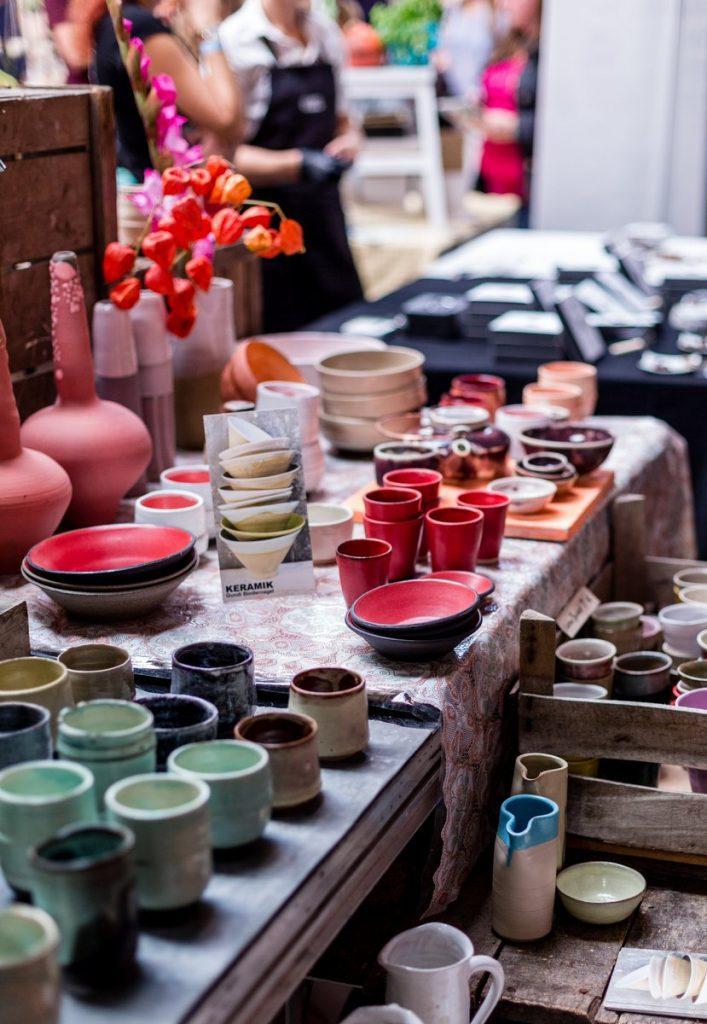Bunte Keramik auf dem hello handmade Markt