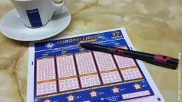 Lottoschein und Espresso Tasse